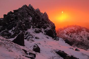 霧の中の朝陽(三ッ岳にて3月2日撮影) Photo by Kenji Shimadate