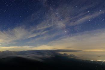 流れ星(画面中央) Photo by Kenji Shimadate