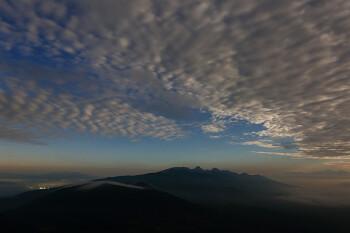 月明かりに輝く雲(8月3日撮影) Photo by Kenji Shimadate